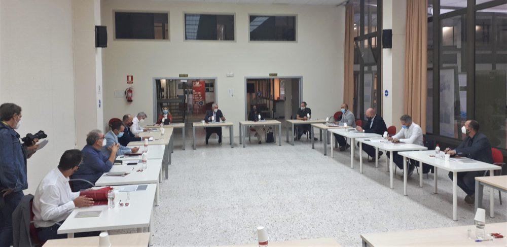 Els assistents a la II Taula Institucional, preparats per a la reunió